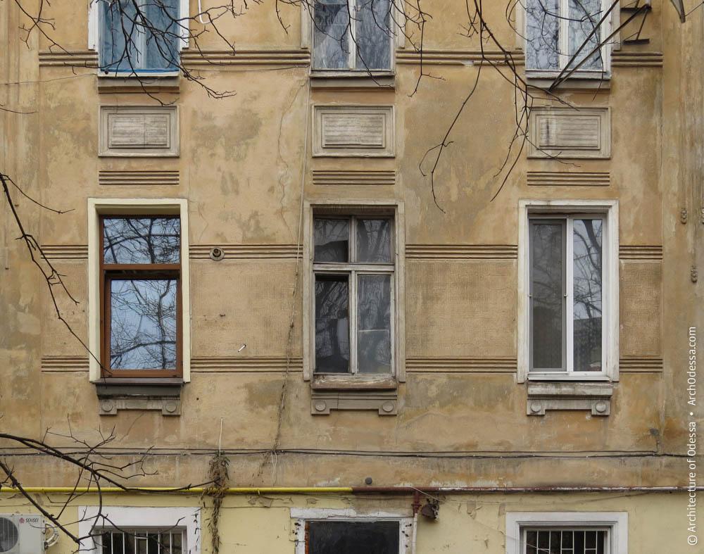 Окна второго этажа, тяги и филенки