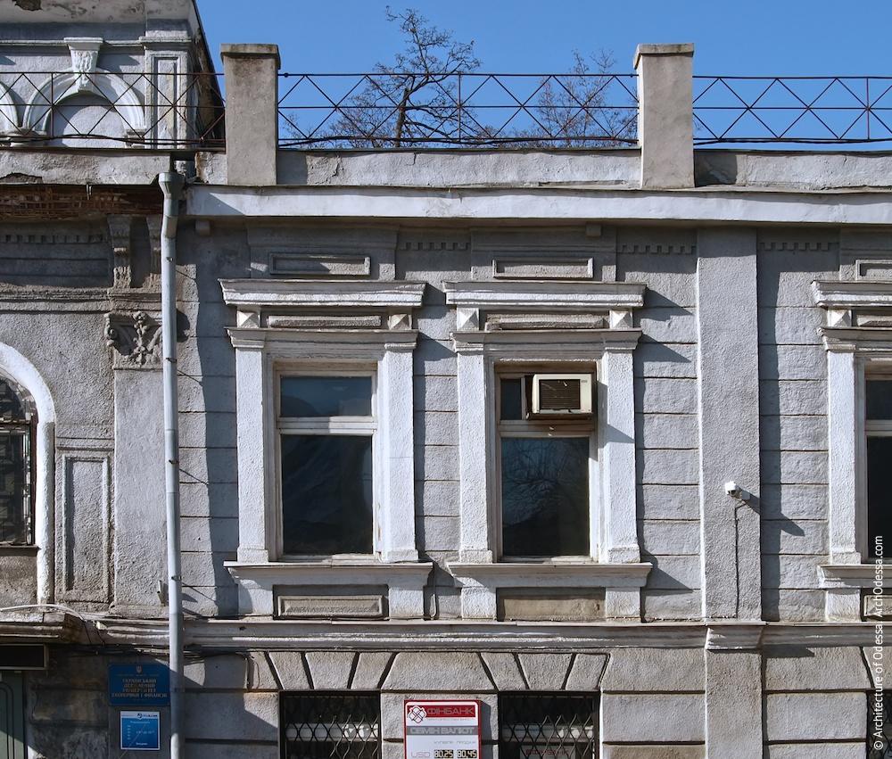 Окна основного этажа (лепные элементы наличников утрачены)
