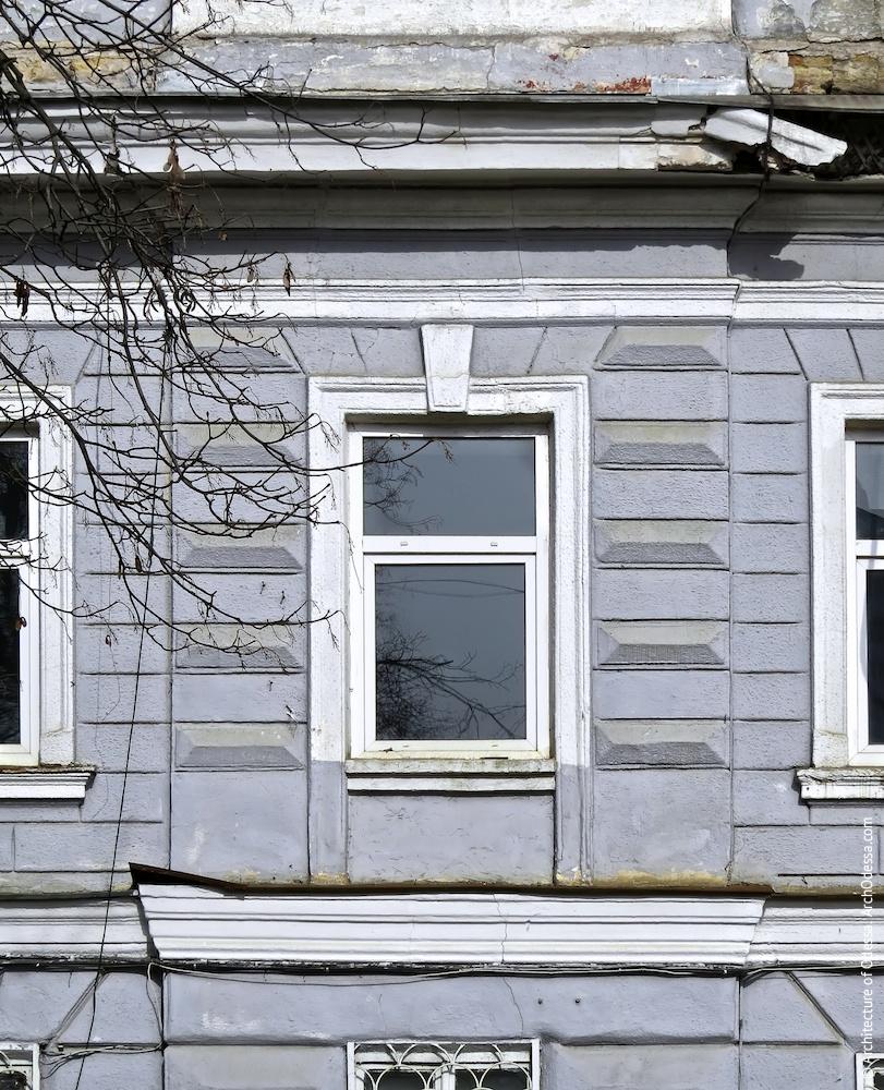 Окно второго этажа и алмазный руст в простенках