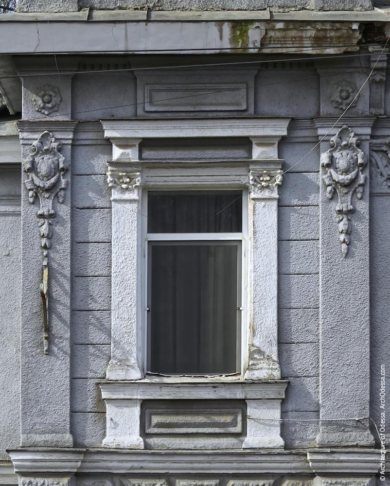 Окно в угловой части, сохранившее наличник неизменным