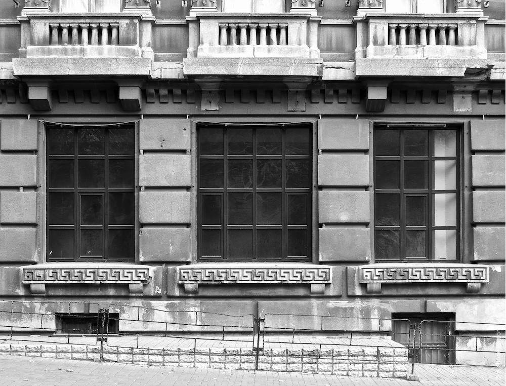 Окна выставочного или торгового помещения (по Бунина)