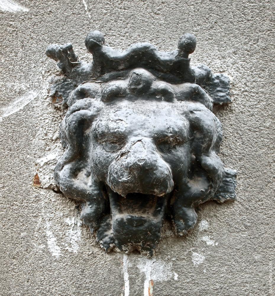 Часто встречающаяся львиная маска сохранилась слева от арки проезда