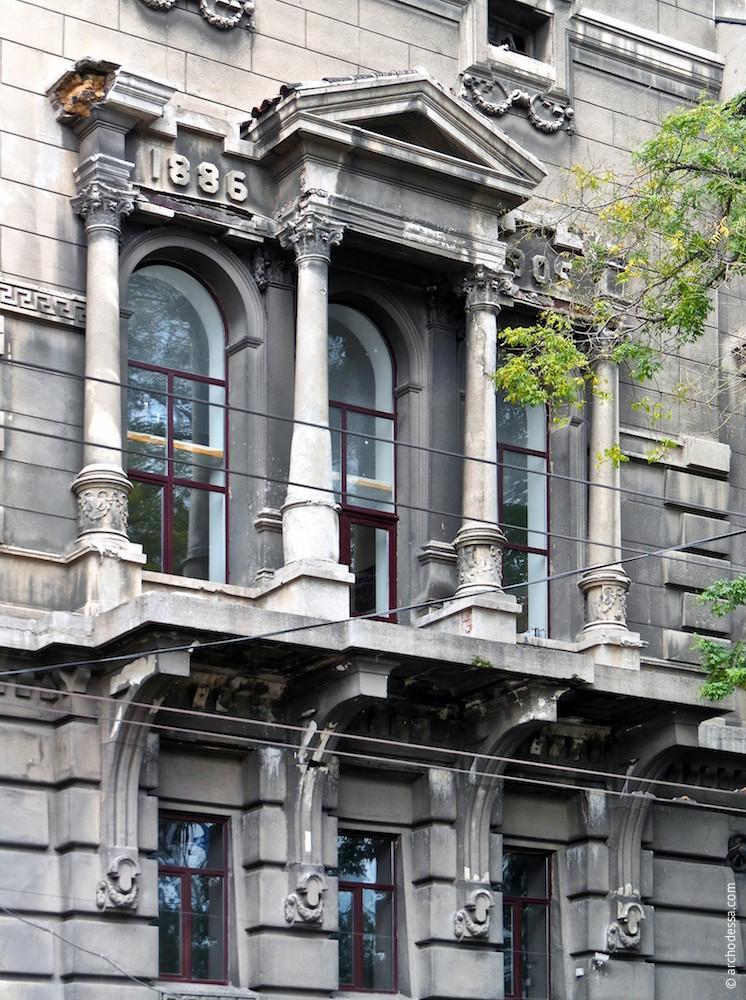 Общий вид оконной композиции со стороны улицы Леха Качиньского