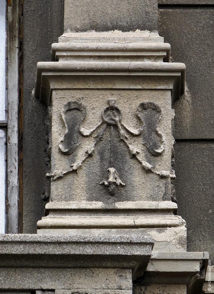 Декор у основания пилястры