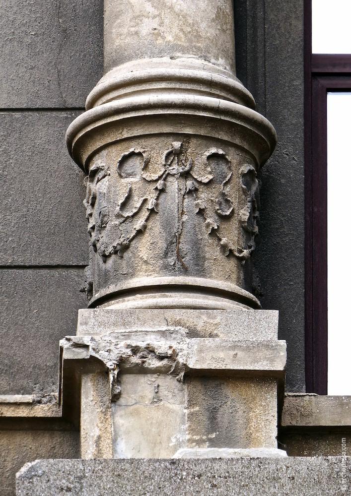 Декор у основания колонны