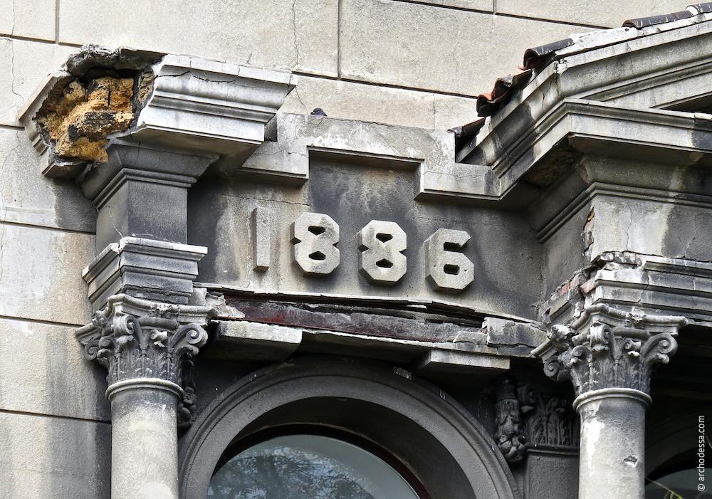 Дата основания Ломбарда, симметрично расположена дата строительства
