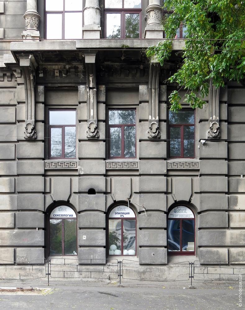Окна первого и второго этажей в угловой части здания