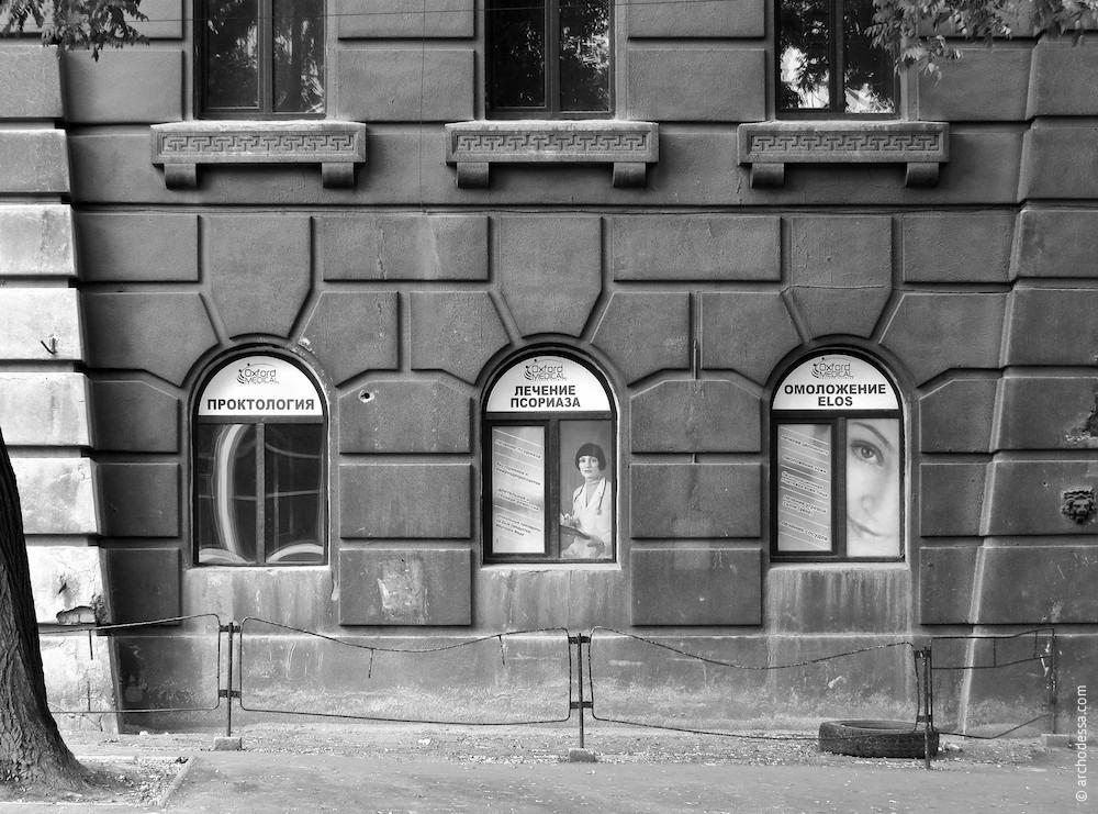 Руст первого этажа (со стороны Леха Качиньского)