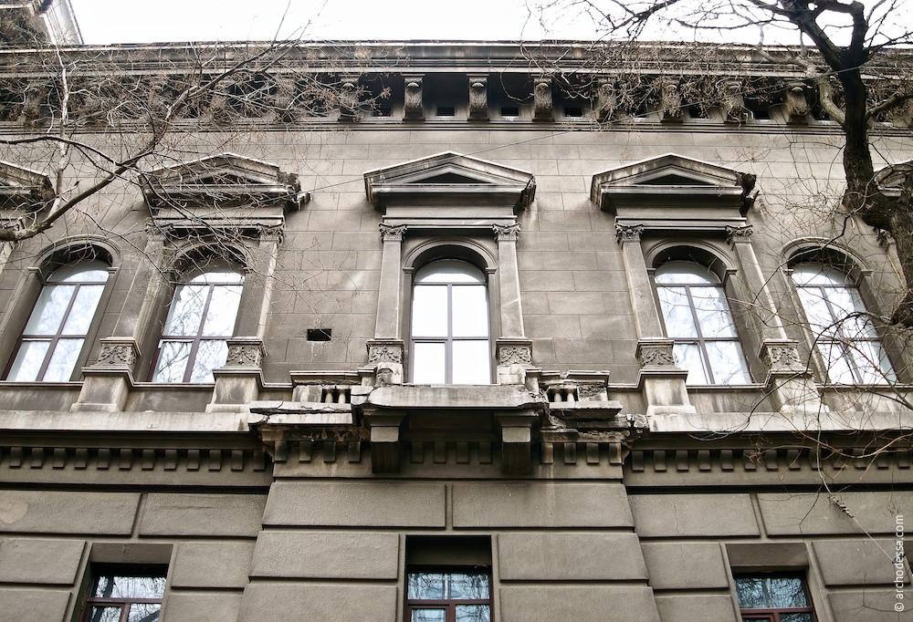 Окна третьего этажа со стороны улицы Леха Качиньского