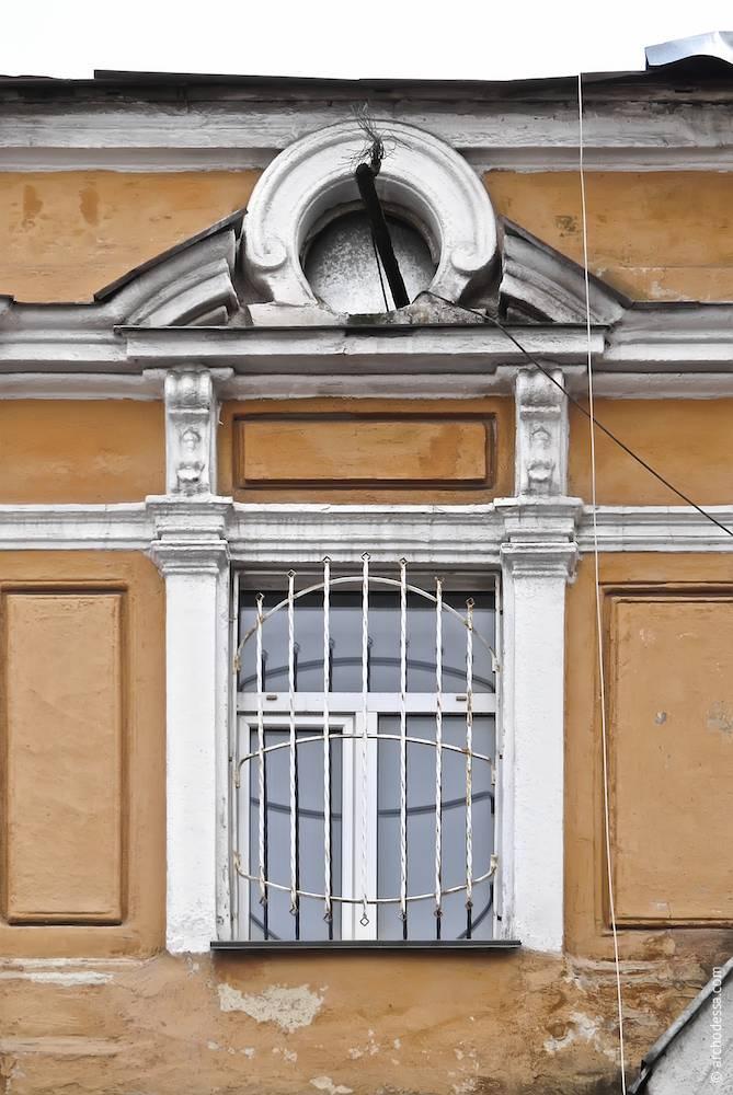 Вікно крайньої вісі (аналогічні вікна розміщені так само з боку провулку Чайковського)