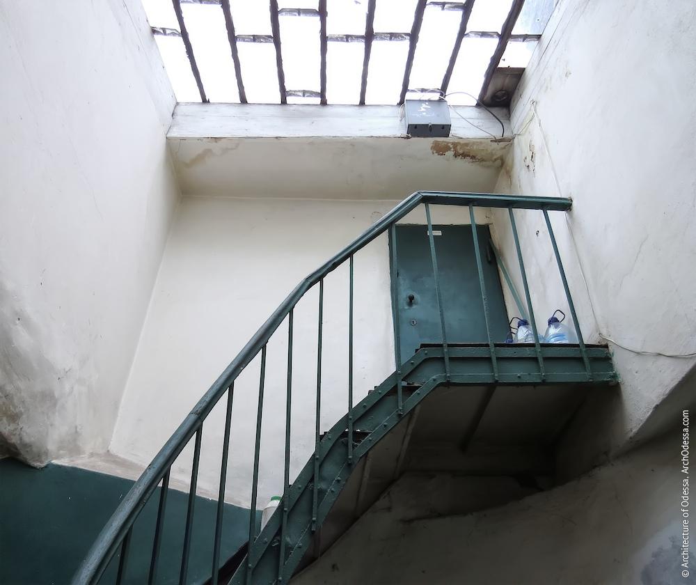 Верхній проліт і майданчик антрессольної двері