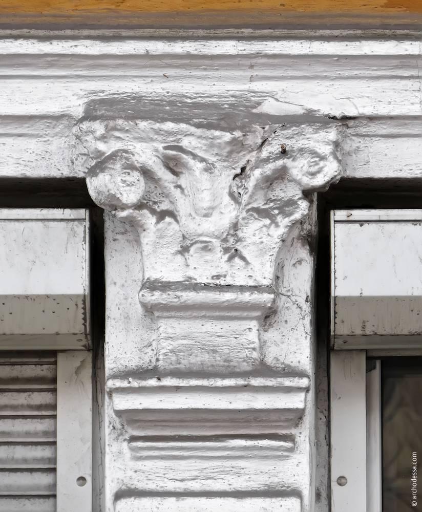 Капітель декоративної пілястри між вікнами