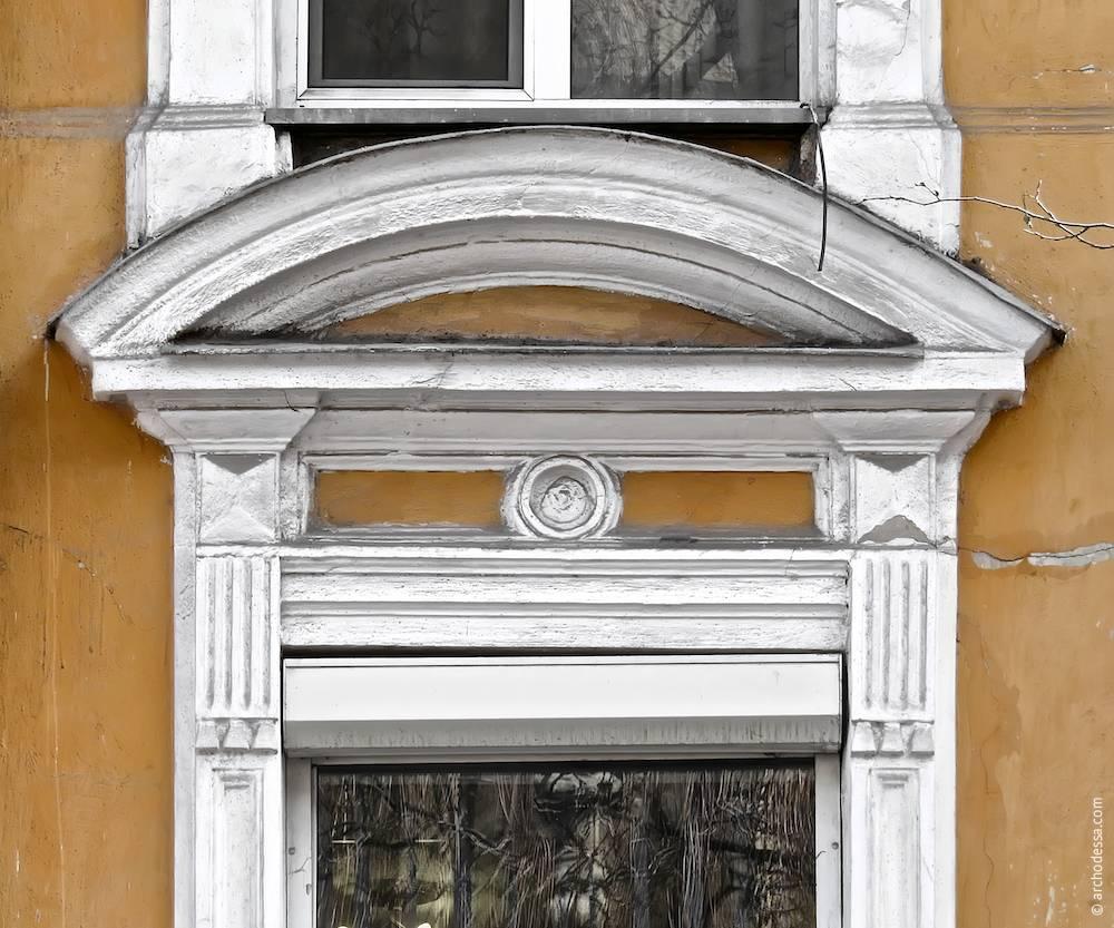 Вікно другого поверху. Сандрик