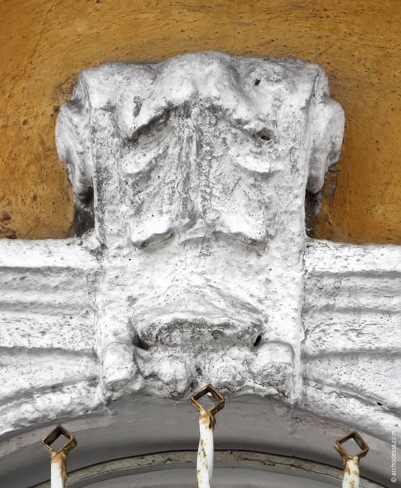 Ліпний замковий камінь вікна центральної вісі