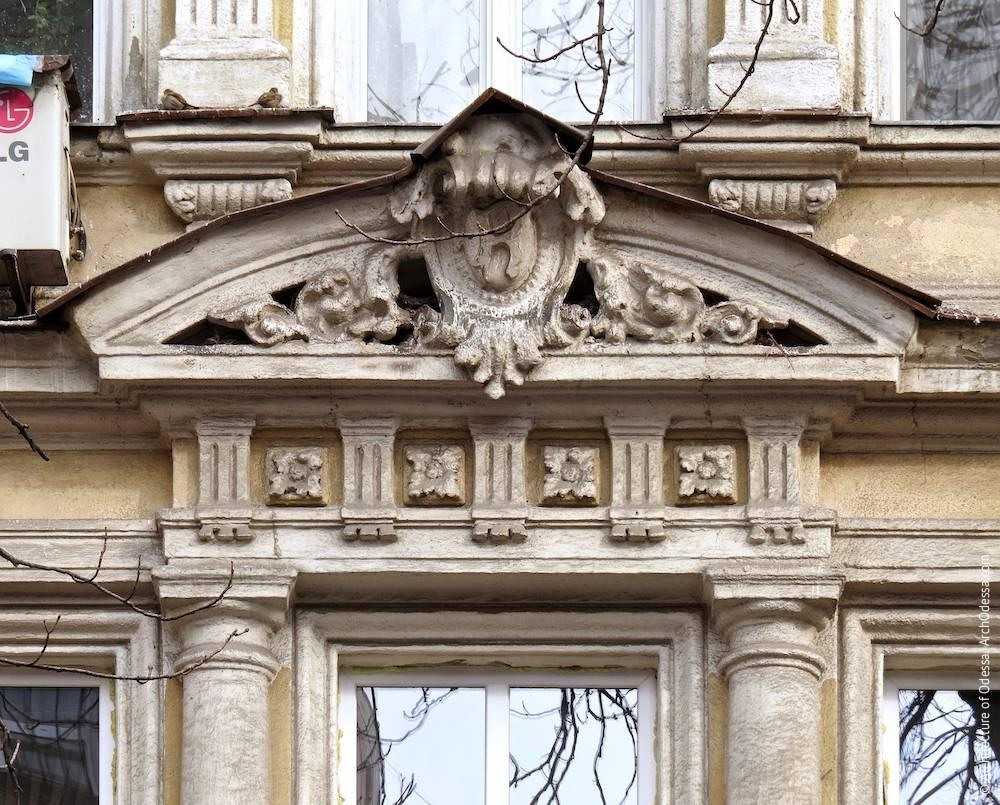 Сандрик центрального окна с картушем