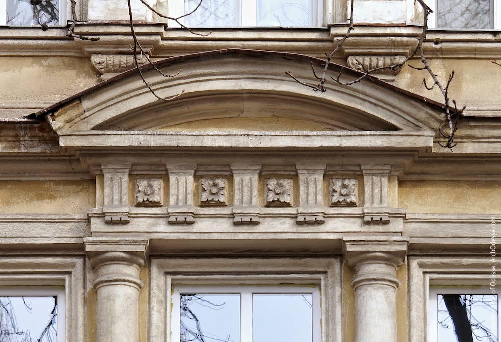 Сандрик центрального окна