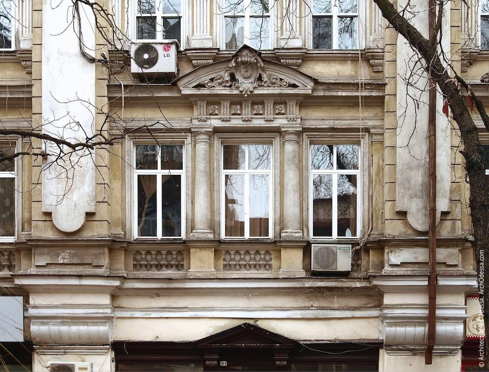 Окна одной из центральных секций