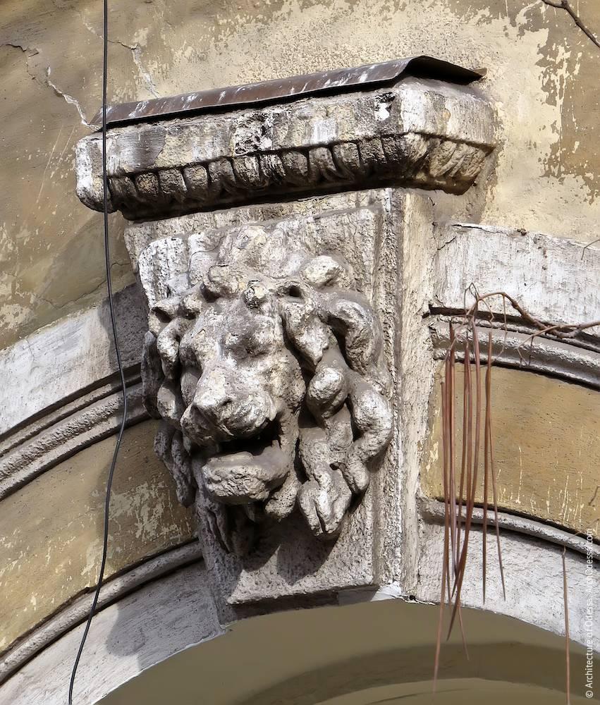 Портал арки со стороны Екатерининской, замковый камень