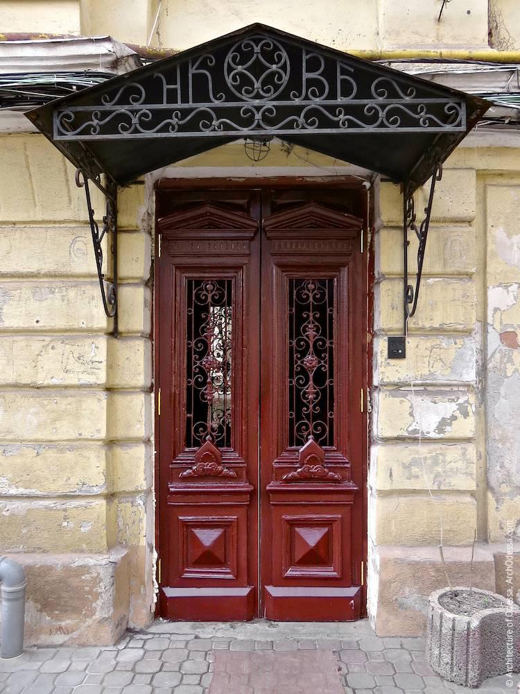 Общий вид двери и козырька