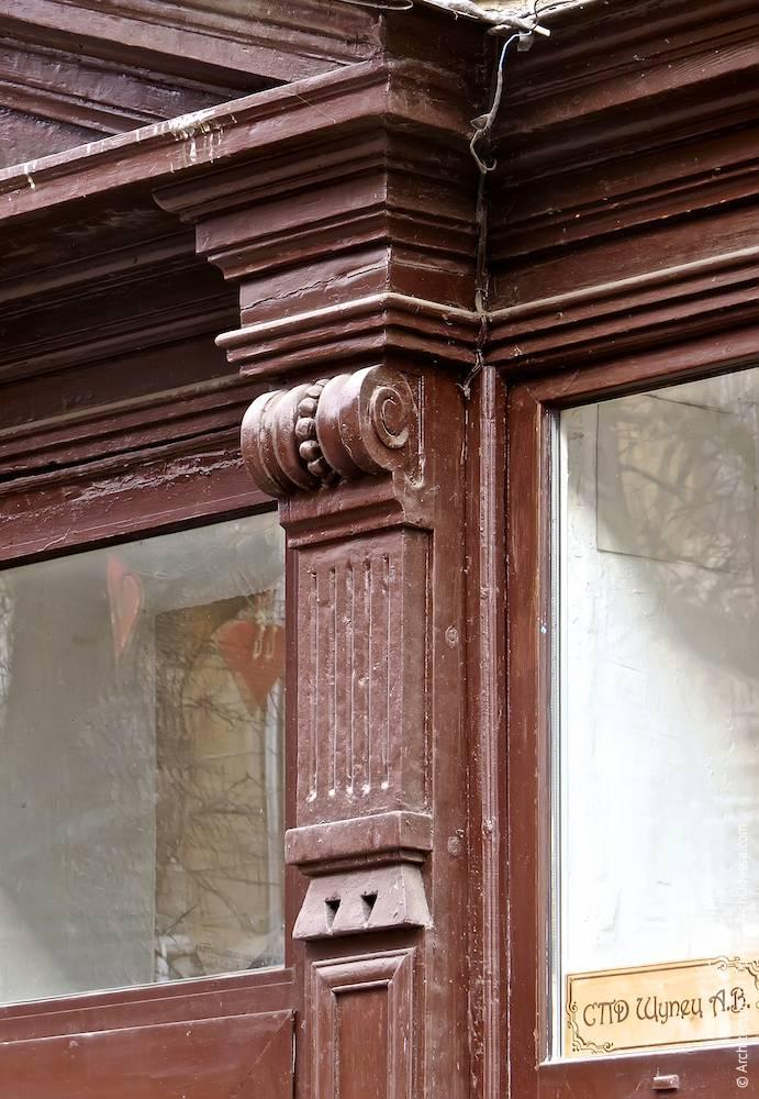 Консоль резного сандрика над дверью