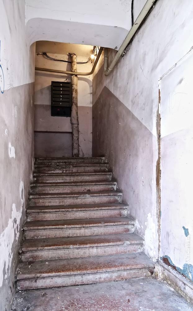 Вхідний проліт сходів з боку входу з вулиці
