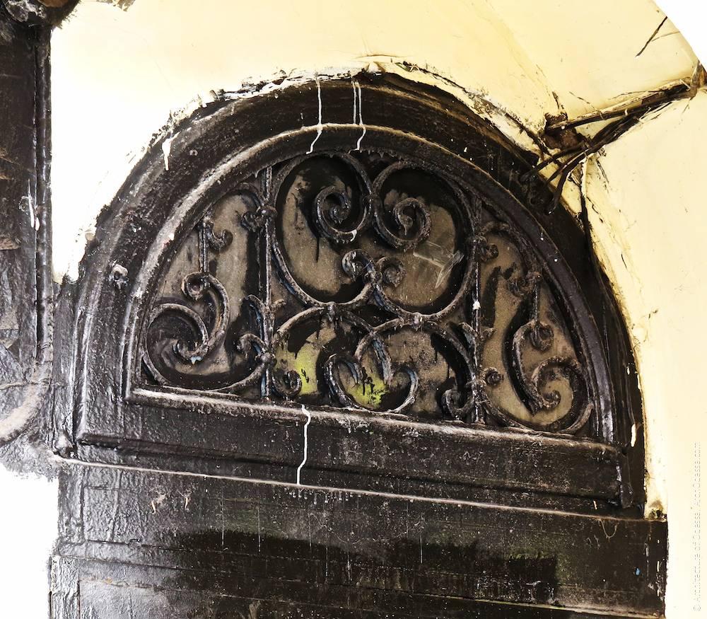 Фрамуга над дверима під'їзду