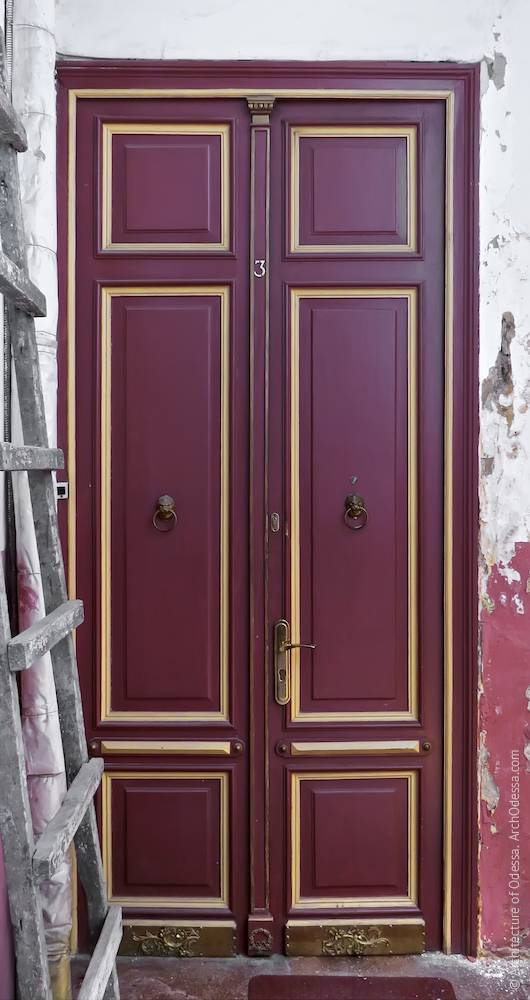Одні з оригінальних квартирних дверей