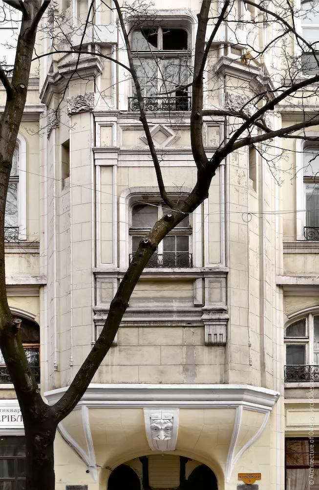 Нижня частина еркера, вікно сходової клітки і фільонки