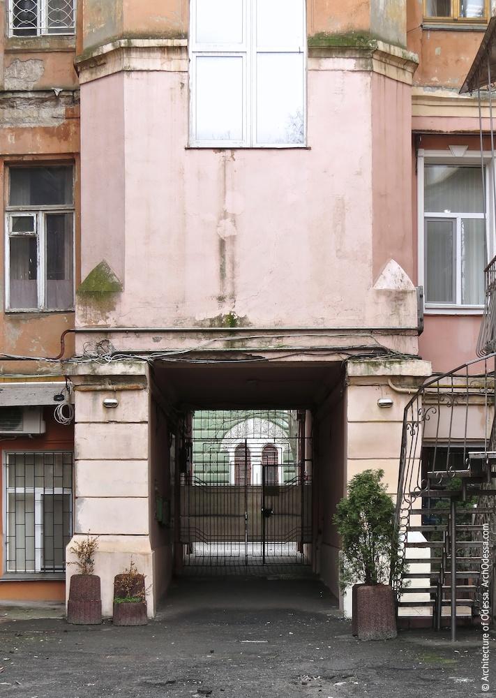 Вигляд арки з боку двору