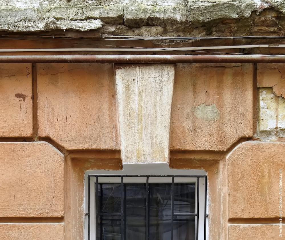 Правобічне крило, замковий камінь над одним з вікон напівпідвального поверху