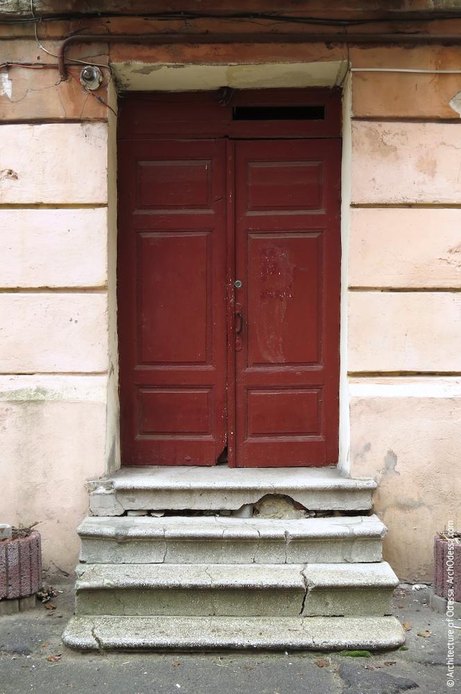Правобічне крило, двері сходової клітки