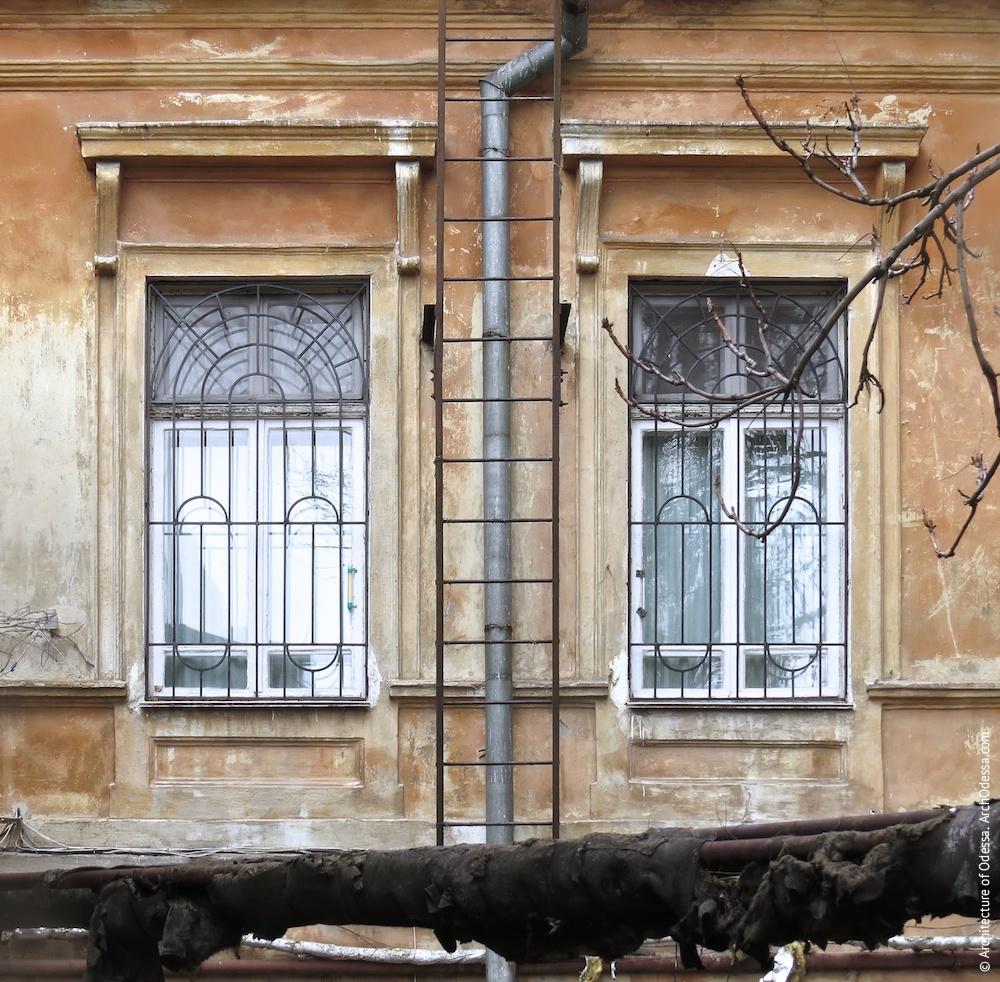 Вікна другого поверху з боку двору
