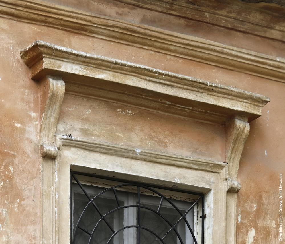 Сандрик одного з вікон другого поверху з боку двору