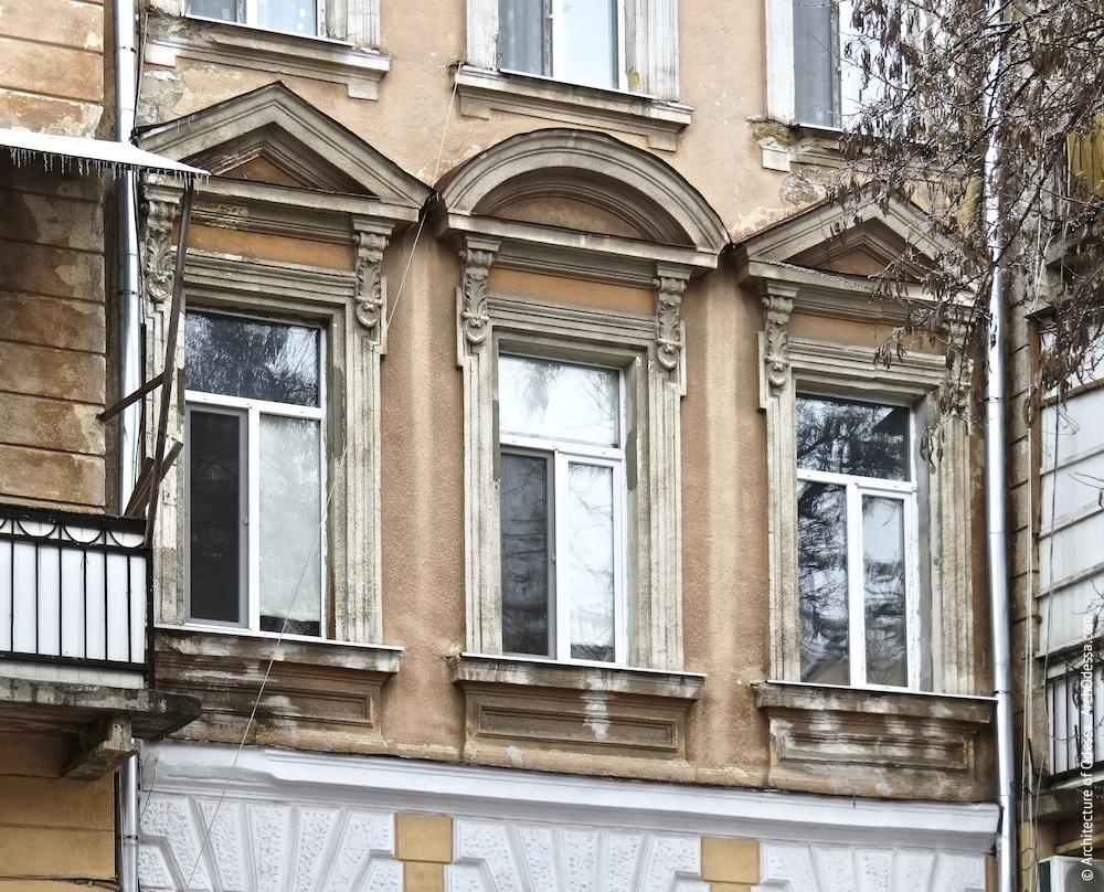 Общий вид окон второго этажа между ризалитеми
