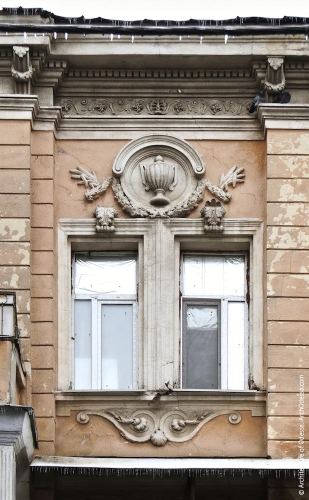 Сдвоенные окна крайних осей центрального ризалита