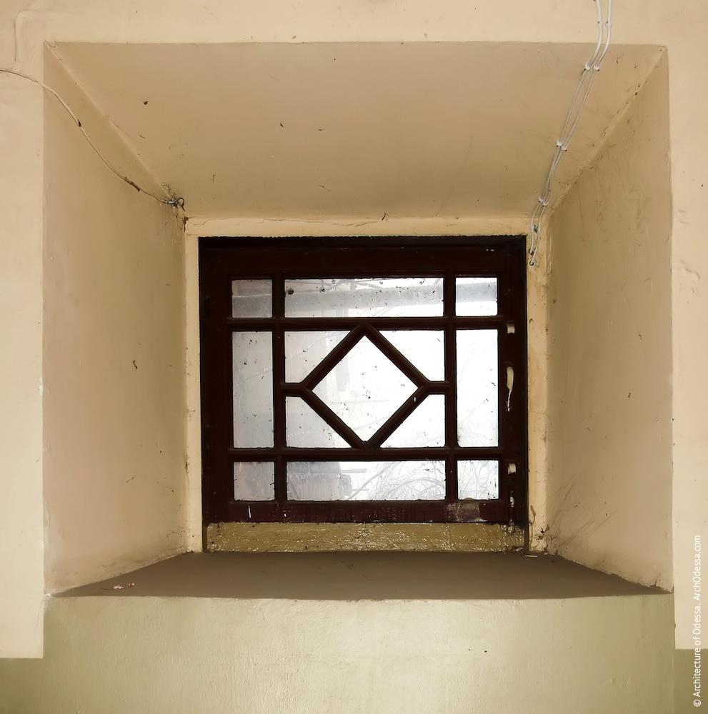 Частично заложенное первого этажа с оригинальным переплетом сохраненной фрамуги