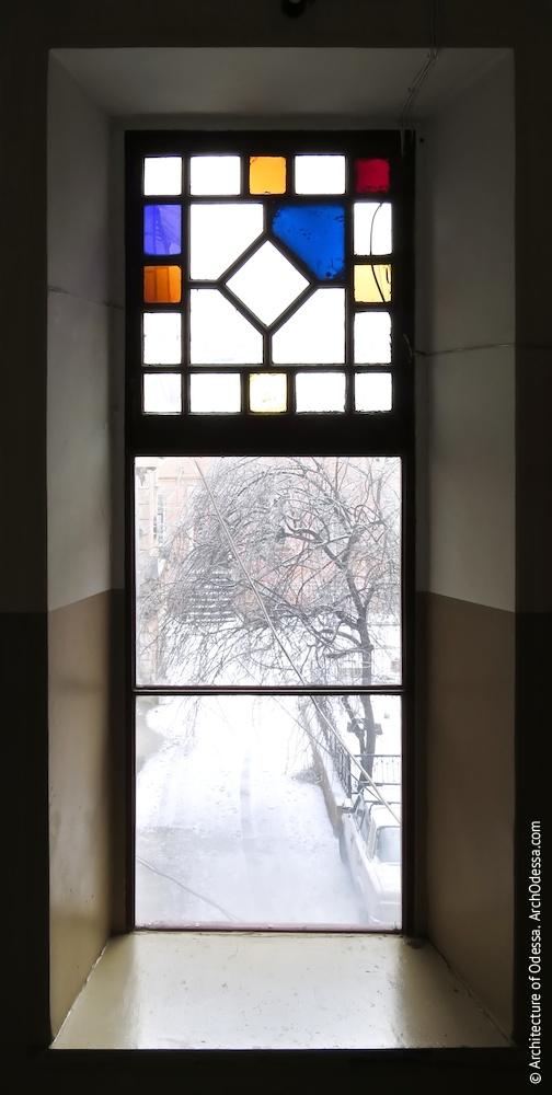 Окно с оригинальной витражной фрамугой