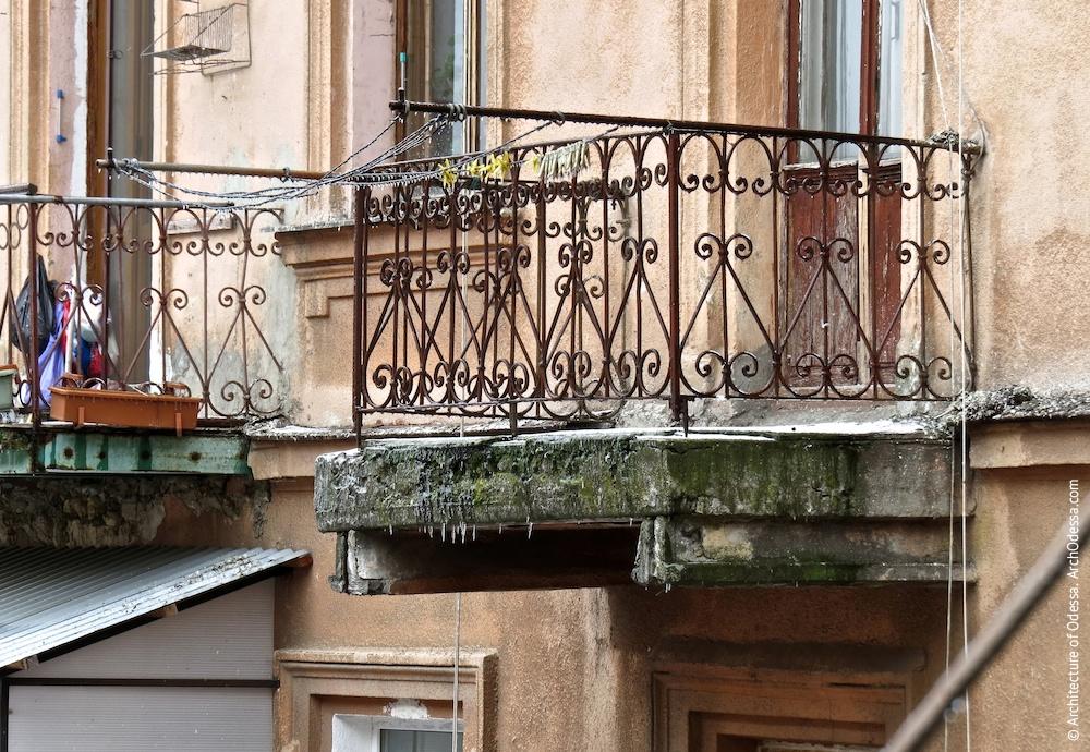 Правостороннее крыло, балконы с аутентичными ограждениями
