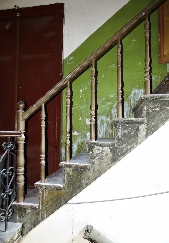 Перила с деревянными балясинами, установленные на верхнем пролете служебной лестницы