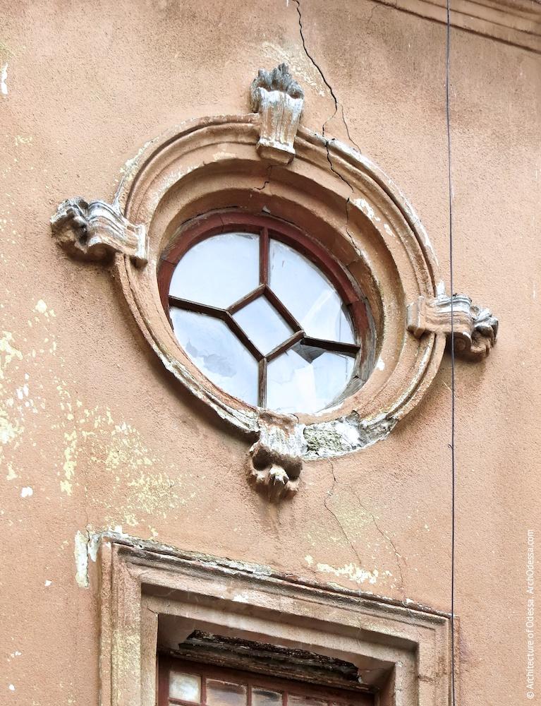 Левостороннее крыло, верхнее круглое окно одного из подъездов