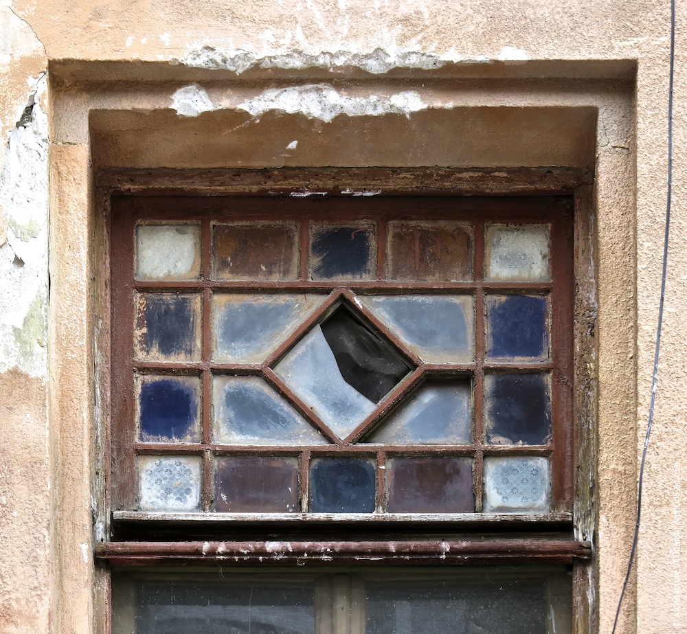 Левостороннее крыло, окно подъезда, витражная фрамуга