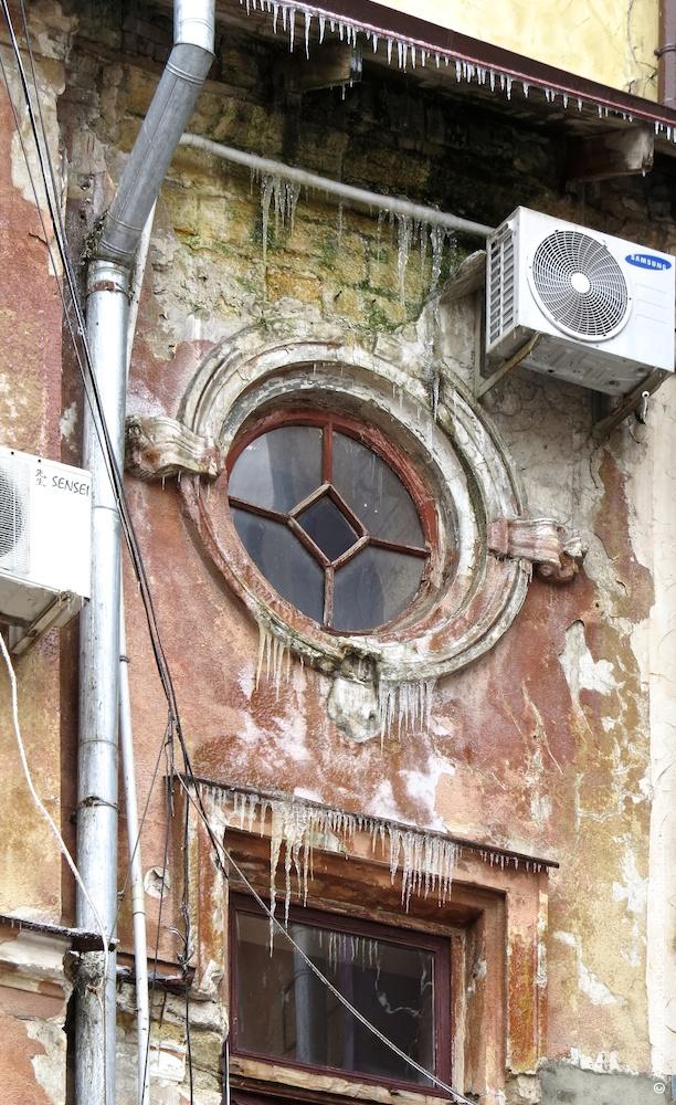 Верхнее круглое световое окно подъезда лицевого крыла