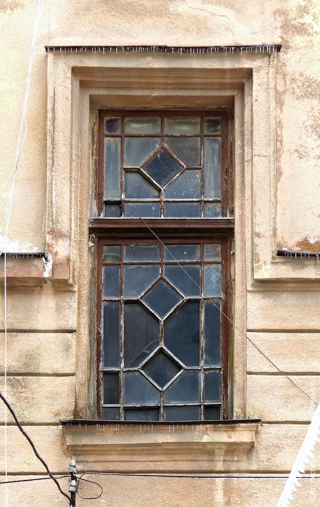 Левостороннее крыло, окно подъезда с полностью сохраненным оригинальным переплетом