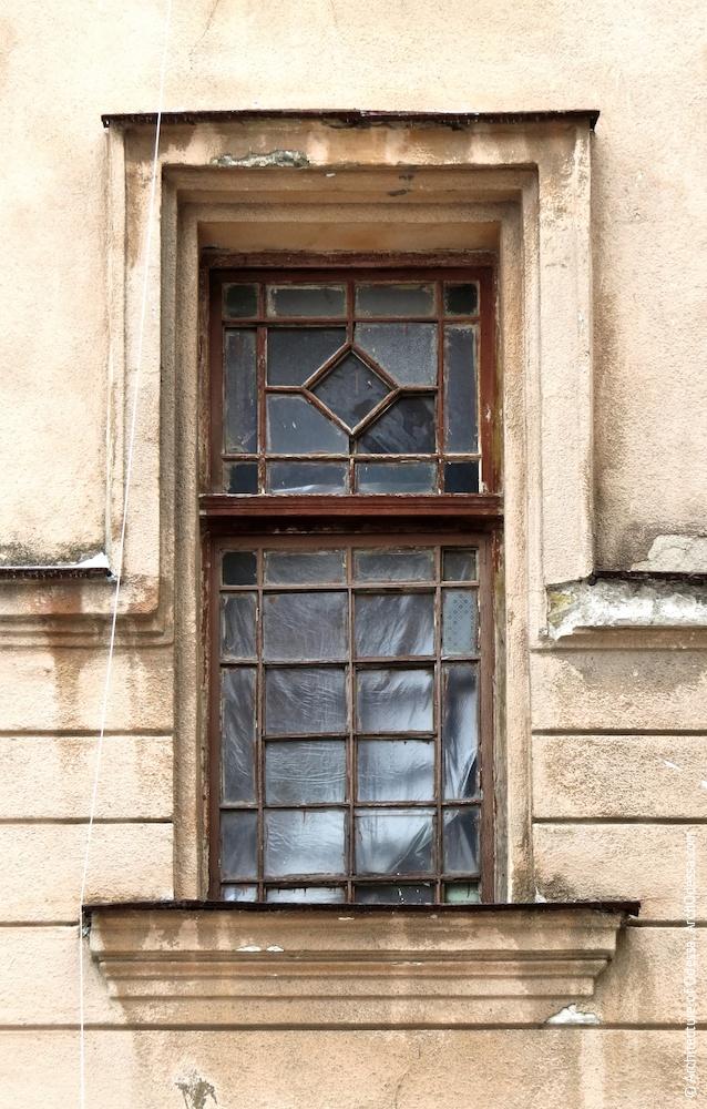 Левостороннее крыло, окно подъезда с частично сохраненным оригинальным переплетом