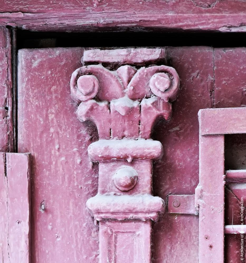 Правостороннее крыло, дверь подъезда, деталь