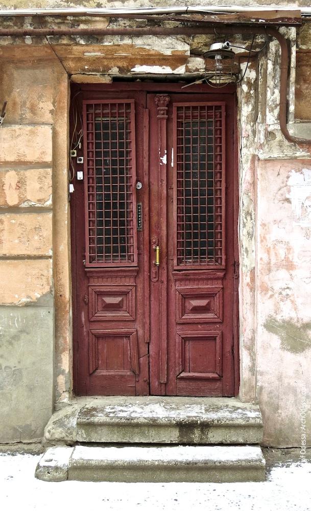 Правостороннее крыло, дверь подъезда