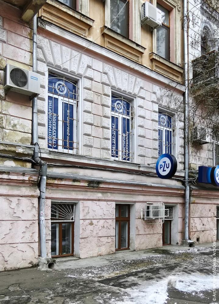 Общий вид первого и полуподвального этажей между ризалитами