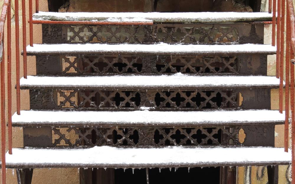 Заднее крыло, подступенки лестницы веранды