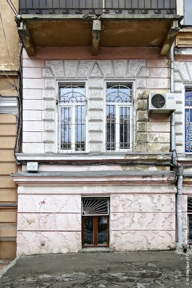 Общий вид первого и полуподвального этажей в крайнем (левостороннем) ризалите