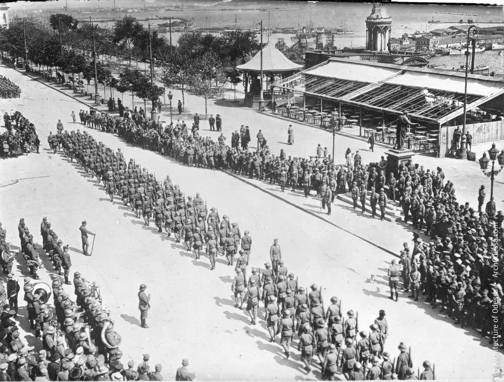 Германские солдаты на Николаевском (ныне Приморском) бульваре в июне 1918 года